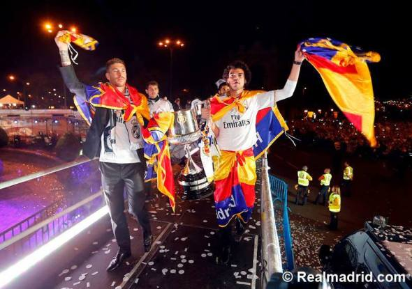 Ver a Pepe y Cristiano con banderas de España en la celebración de anoche y ver que hay jugadores de nuestra selección que ni se atreven a cogerlas y reniegan de ellas...