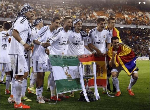 Mientras unos pitan nuestro himno y muestran banderas independentistas, otros portan la bandera de España y la de Andalucía en la celebración